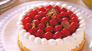 真っ赤な木苺がたっぷり盛られた誕生日ケーキ