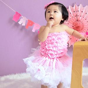 赤ちゃんの可愛いドレス ハーフバースデー飾り. 赤ちゃんの誕生日