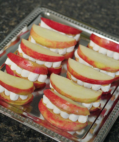 リンゴとマシュマロで口のお化けを表現