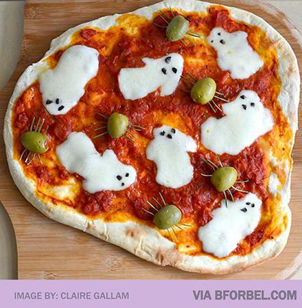 とろけるチーズでお化けを表現「ハロウィンお化けピザ」