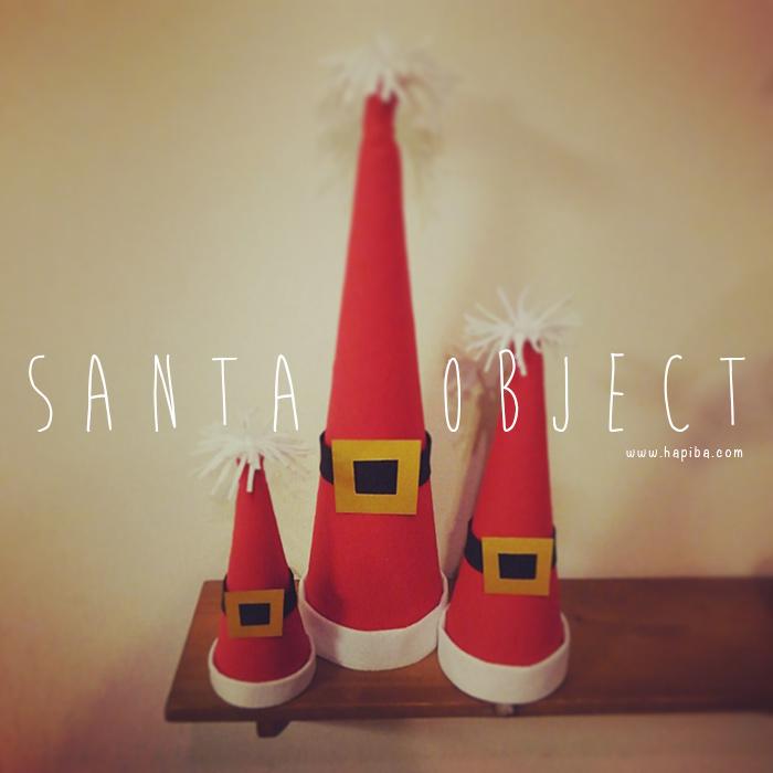 サンタのコスチュームをモチーフにしたクリスマスツリーオブジェ