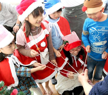 クリスマスパーティー ヒモのくじ引き|プレゼント交換が盛り上がるアイデア