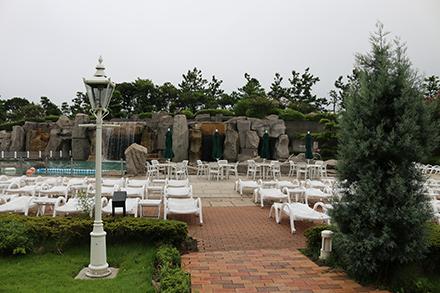 シェラトン・グランデ・トーキョーベイ・ホテル 屋外プールのデッキチェア