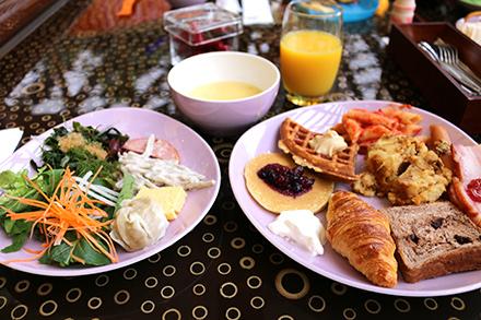 シェラトン・グランデ・トーキョーベイ・ホテル サラダ、スープ、ジュースに、パン