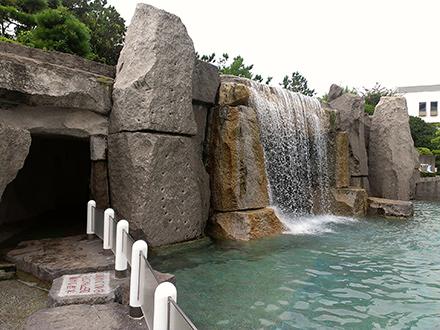 ワイルドな雰囲気を味わえる屋外プール