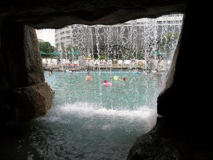 滝の裏側からプールが見える