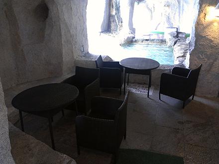 洞窟内のバーカウンターでカクテルやジュースを買って飲める