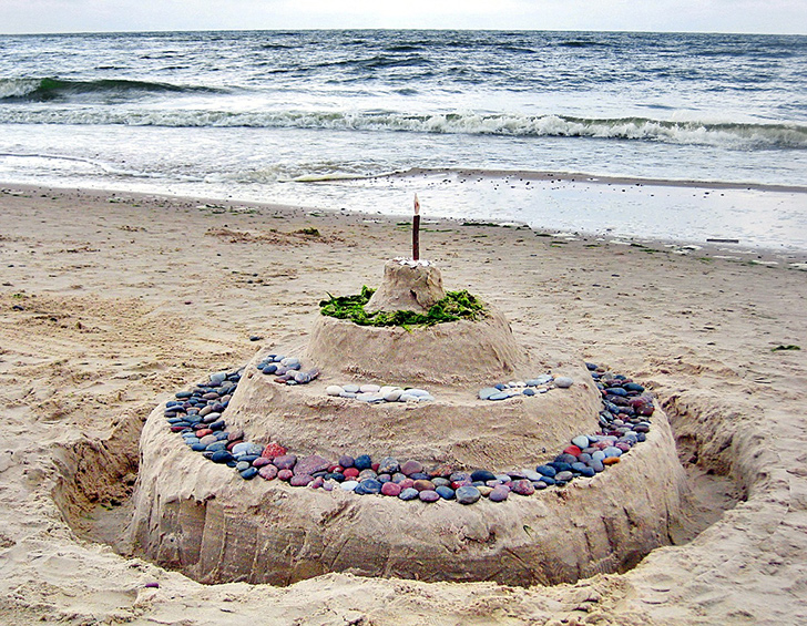 砂浜の砂で作った巨大なバースデーケーキ