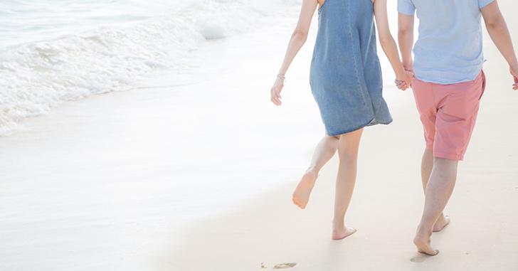 浜辺を散歩するカップル