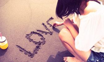 浜辺に「HAPPY BIRTHDAY」の文字でサプライズ!