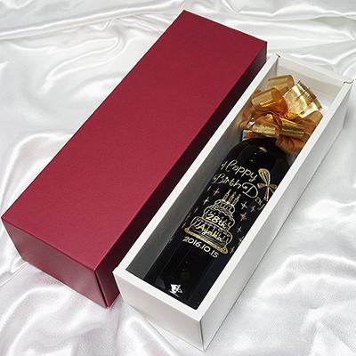 バースデーケーキモチーフの名入れ彫刻ワインボトル ハピバコラボデザイン