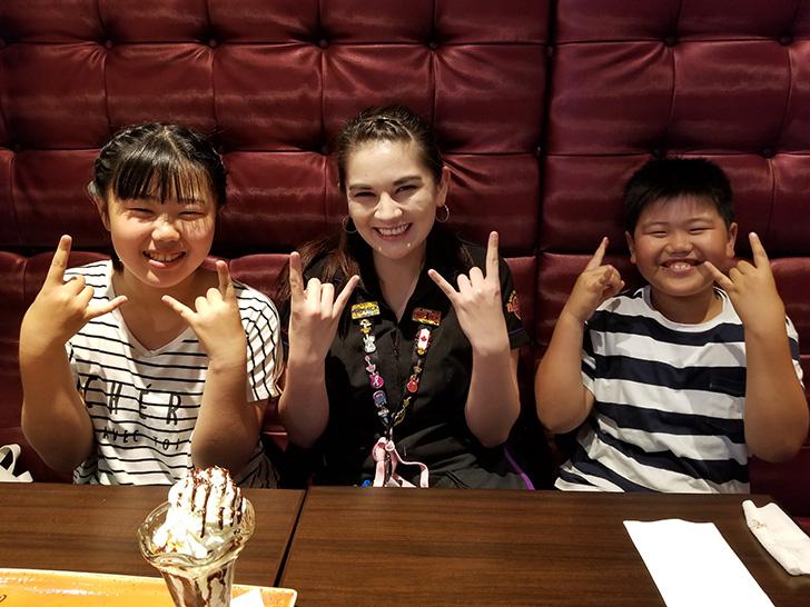 ハードロックカフェのお姉さんと一緒に記念写真