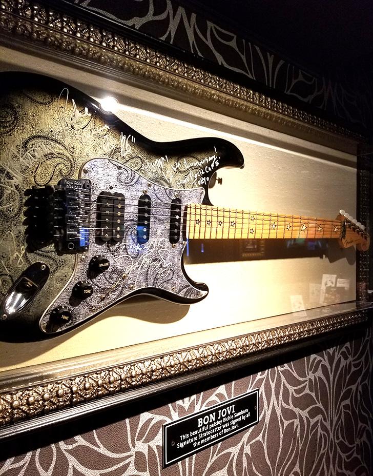 ハードロックカフェ店内 ボンジョヴィのギター