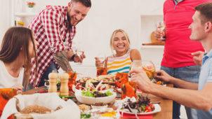ホームパーティーを楽しんでる人々のイメージ
