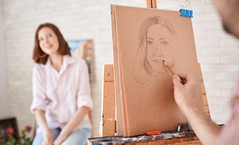 似顔絵を描いているシーン
