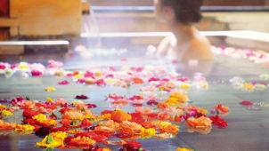 ホテルに泊まったらバラのお風呂でロマンチックサプライズ