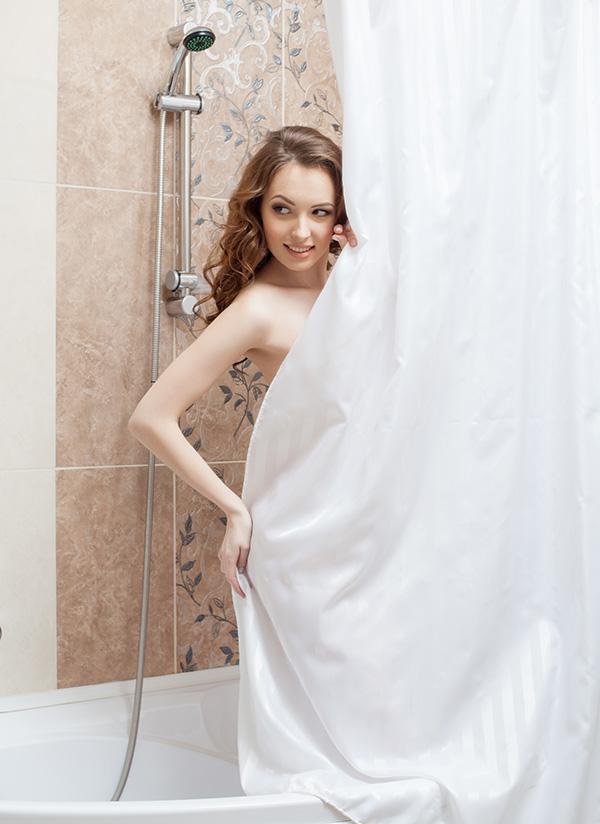 シャワーを浴びた後の女性