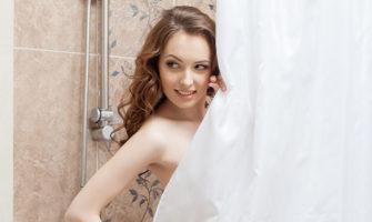 シャワーの後のロマンチックな誕生日サプライズ