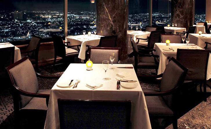 神奈川県・みなとみらい/フレンチ スカイラウンジ シリウス/横浜ロイヤルパークホテルの店内 夜景