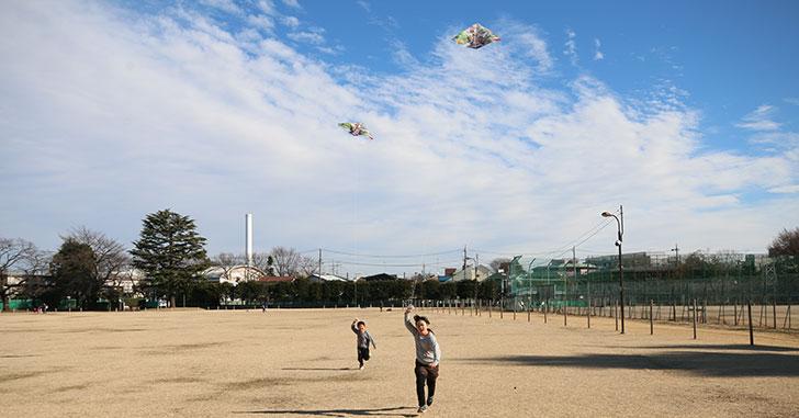 お正月の凧絵げをする子供達