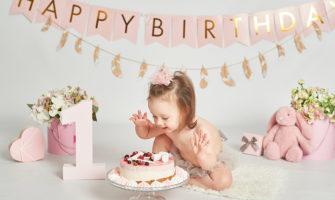 1歳の女の子の誕生日パーティーシーン