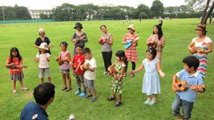 青空ウクレレ教室の親子メンバーでバースデーソングを歌って演奏