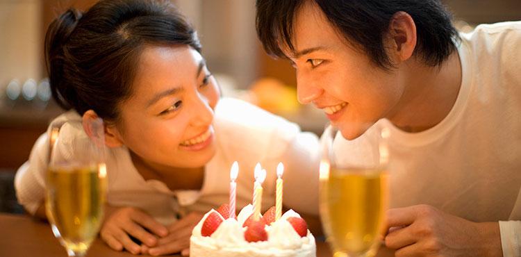 自宅で彼女と二人っきりで誕生日をお祝い