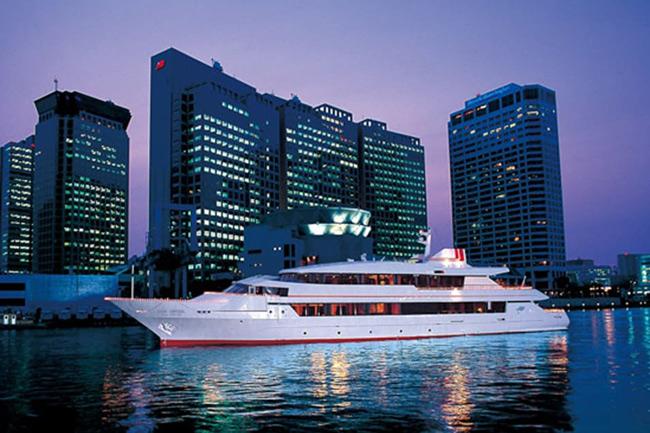 船上からの夜景を見ながら豪華ディナーを堪能!「クルージングチケットGREEN」