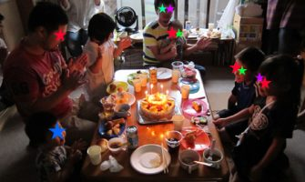子供たちに囲まれて幸せいっぱい!パパの誕生会