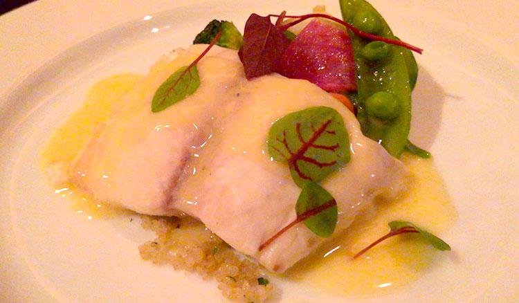 白身魚のスチーム 季節野菜とキヌア ブールブランソース