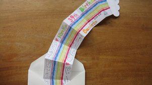 虹のアーチが広がる!寄せ書きできる手作りレインボーカード