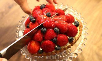 フランス食堂ウフの「ハートのいちごとブルーベリーのタルト」