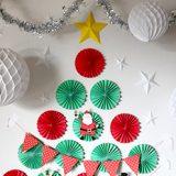 21個のペーパーファンを使って壁にクリスマスツリーを作ってみよう!