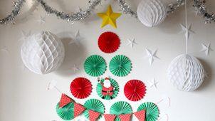 21個のペーパーファンで壁に作るクリスマスツリー
