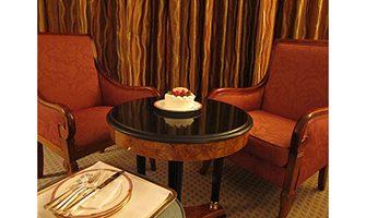 バースデーケーキ(ホテル室内)の写真