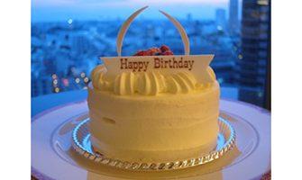 バースデーケーキ(真横)ホテル室内と夜景の写真