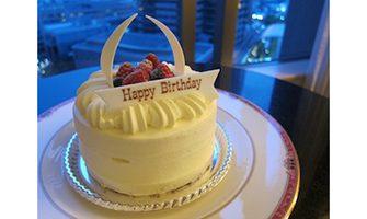 バースデーケーキ(振り)ホテル室内と夜景の写真