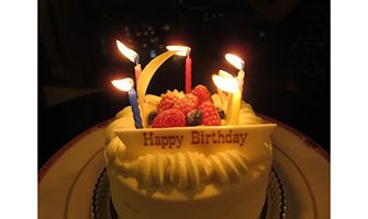 バースデーケーキ(消灯)ホテル室内と夜景の写真