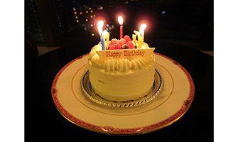 バースデーケーキ(消灯)ホテル室内と夜景の写真2