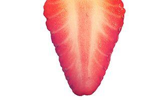 カットしたイチゴの断面写真