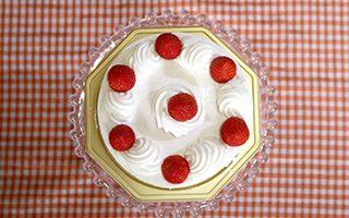 苺のバースデーケーキ(真俯瞰から撮影)