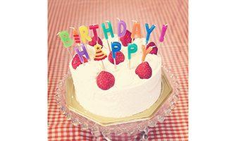 苺のバースデーケーキ(HAPPY BIRTHDAYの文字のキャンドル)