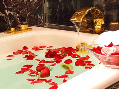 浦安ブライトンホテル東京ベイ 生バラのフラワーバスを含む5大特典付き!スパークリングワイン&苺ケーキで恋人たちの甘い夜がスタート(朝食付き/13時レイトアウト)