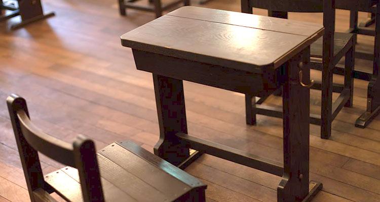 教室の机を使った誕生日サプライズ