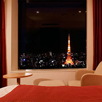 夜景が見えるホテルの部屋で誕生日サプライズ