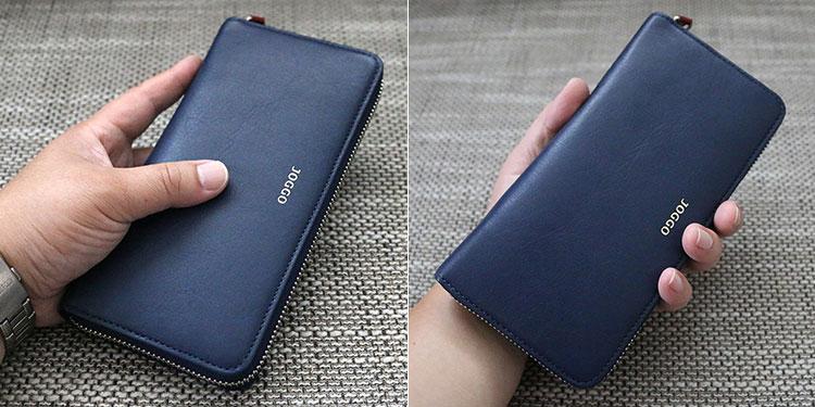 男性がJOGGOの財布を手に持っているイメージ
