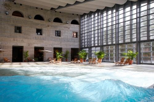 屋内リゾート『イルマーレ』波の出るプール
