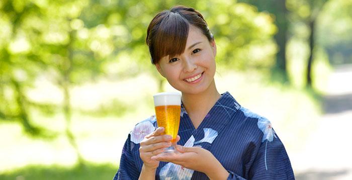 ビールを飲んでいる浴衣の女性
