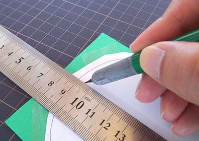 鉄筆で折り目を入れる モビールの作り方