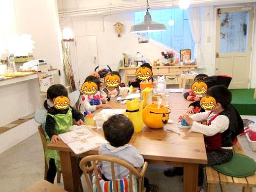 カフェで子供のハロウィンパーティー